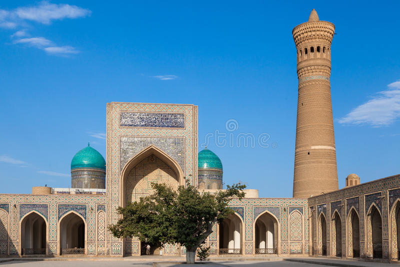 Минарет мечети Kalon и Kalyan, исторический центр Бухары, Узбекистана стоковое изображение