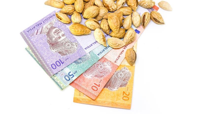 Миндалины с деньгами и белой предпосылкой стоковое изображение rf
