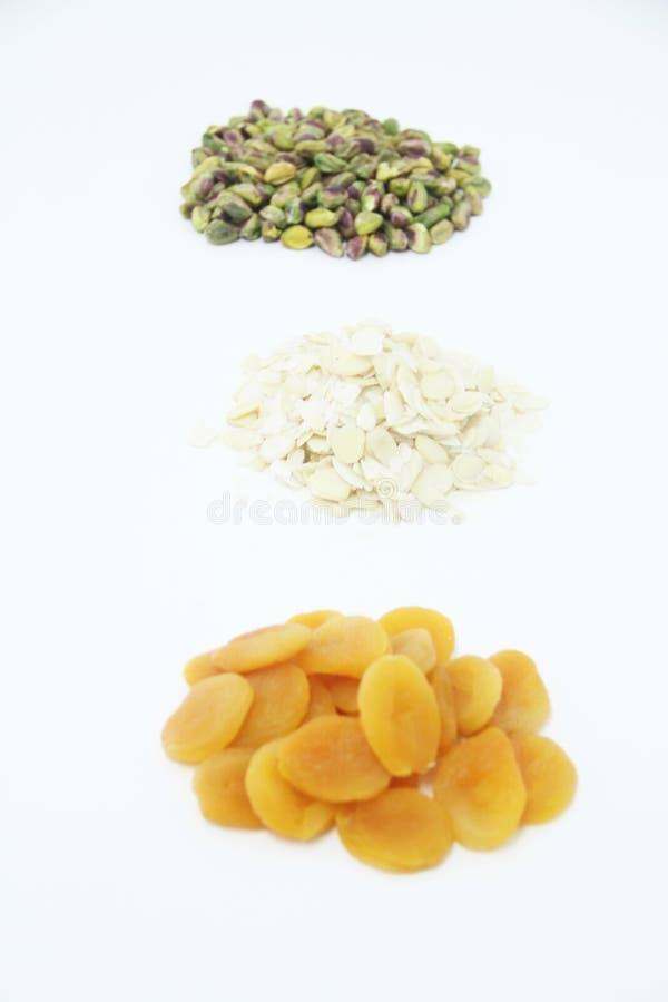 Миндалины фисташки Дамаска приносят плоды сухая изолированная белая еда Сан-Паулу Бразилия предпосылки стоковая фотография rf