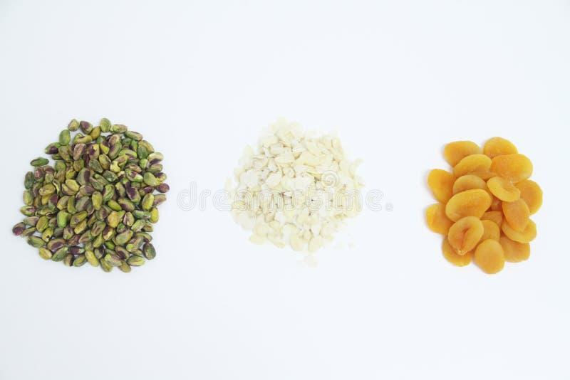 Миндалины фисташки Дамаска приносят плоды сухая изолированная белая еда Сан-Паулу Бразилия предпосылки стоковое фото