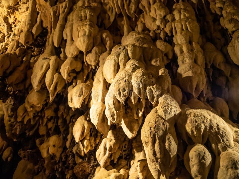 Минеральные сталактиты и сталагмиты ростов в пещере в водопадах паркуют в городе Edessa, Греции стоковое изображение rf