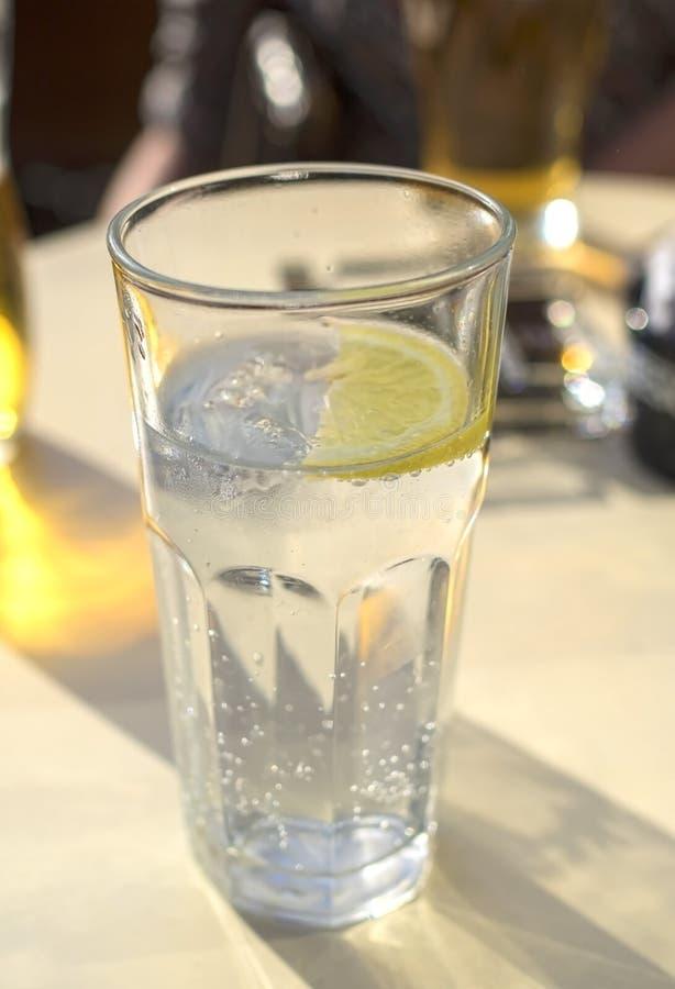 Минеральная вода с лимоном стоковое изображение rf