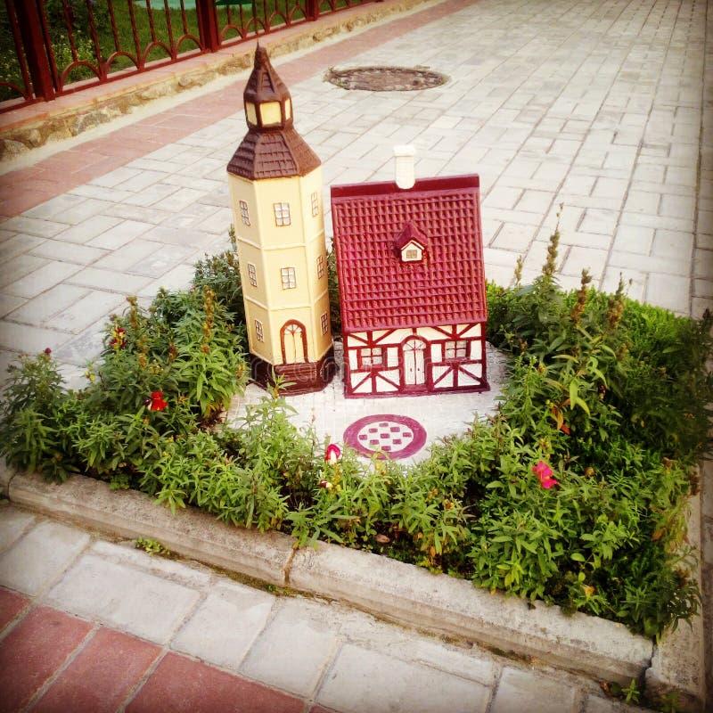 Миниатюра города на лужайке стоковая фотография