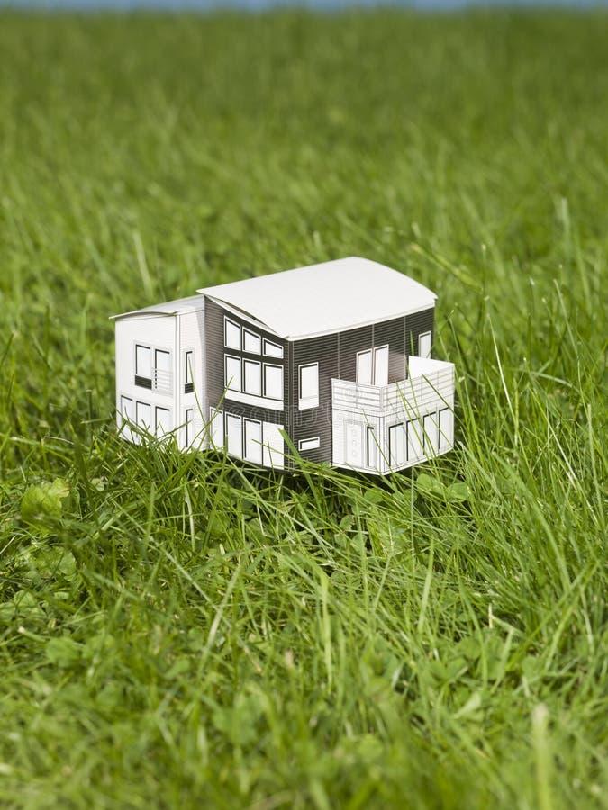 миниатюра дома снаружи стоковое изображение rf