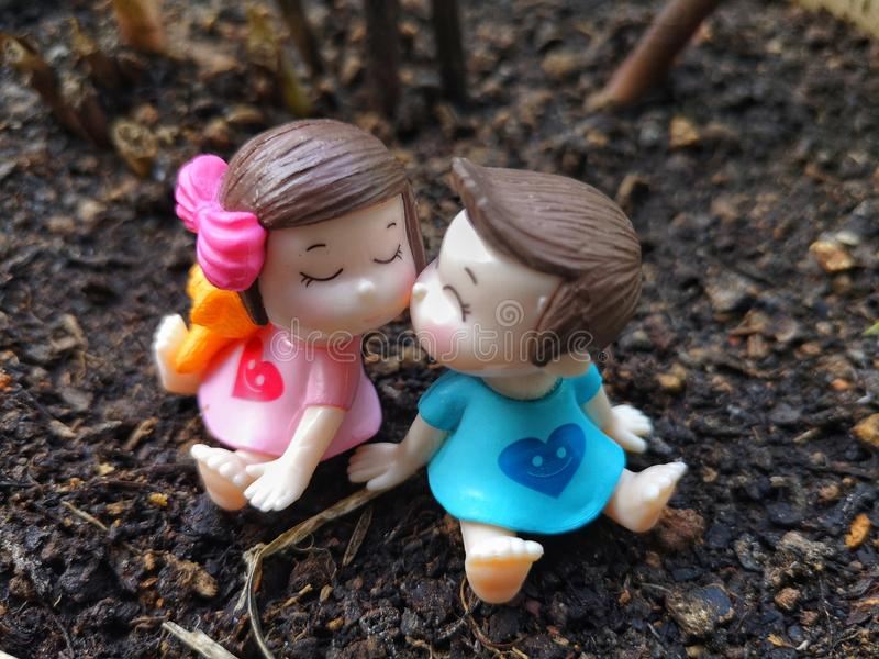 Миниатюра целовать младенцев с предпосылкой трав стоковые фотографии rf