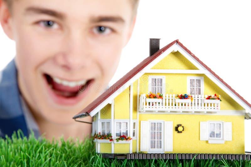 миниатюра человека дома удерживания стоковое изображение rf