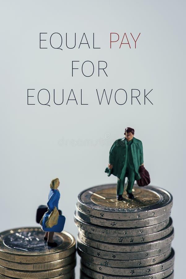 Миниатюрная равная оплата труда людей и текста для равной работы стоковая фотография rf