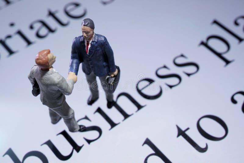 Миниатюрное рукопожатие бизнесмена стоковое фото rf