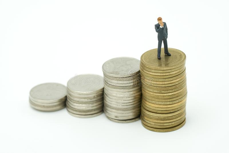 Миниатюрные бизнесмены людей стоя финансовый анализ или inv стоковое фото rf