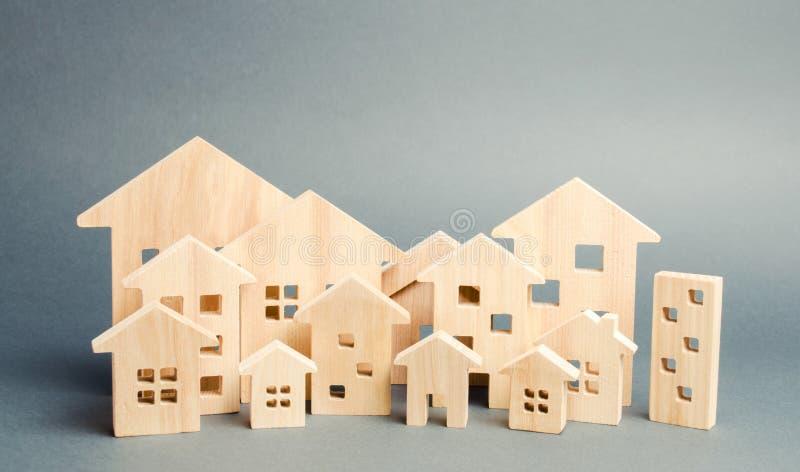 Миниатюрные деревянные дома E e Аггломерация и урбанизация Аналитик рынка недвижимости Требование для расквартировывать стоковые фотографии rf
