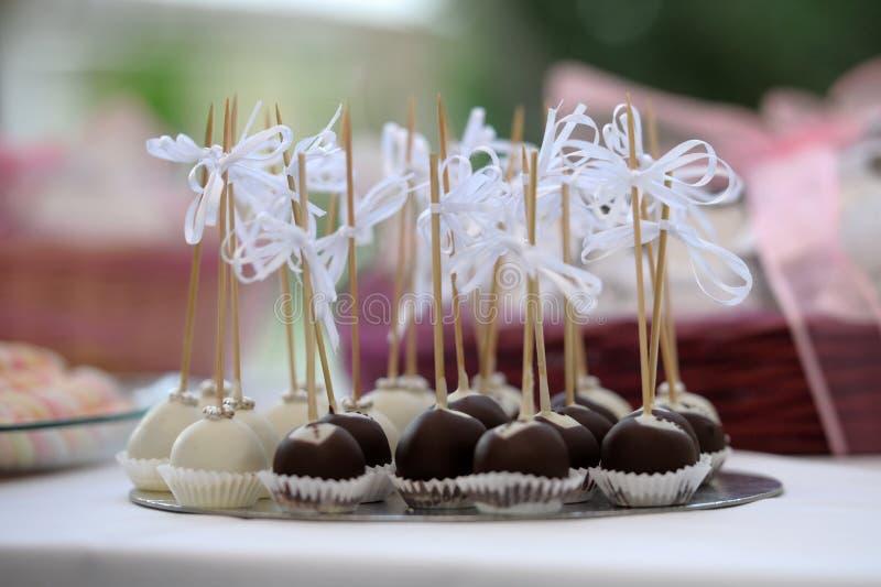 Миниатюрные десерты свадьбы заполненные с трюфелями стоковое изображение