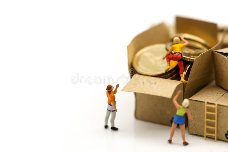 Миниатюрные люди: альпинисты объединяются в команду взбираться на коробке монеток, Busine стоковая фотография rf