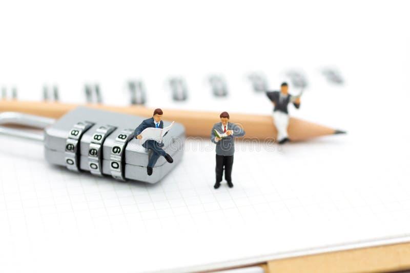 Миниатюрные люди: Бизнесмен сидя на зашифровании ключа для всех замков Отображайте польза для системы безопасности предпосылки, м стоковое фото