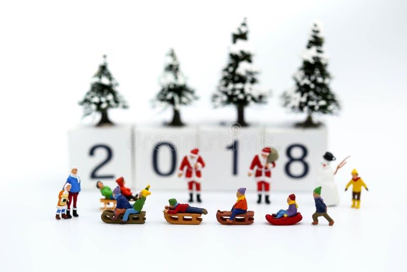 Миниатюрные люди: Дети с с Рождеством Христовым и счастливым новым y стоковые фото