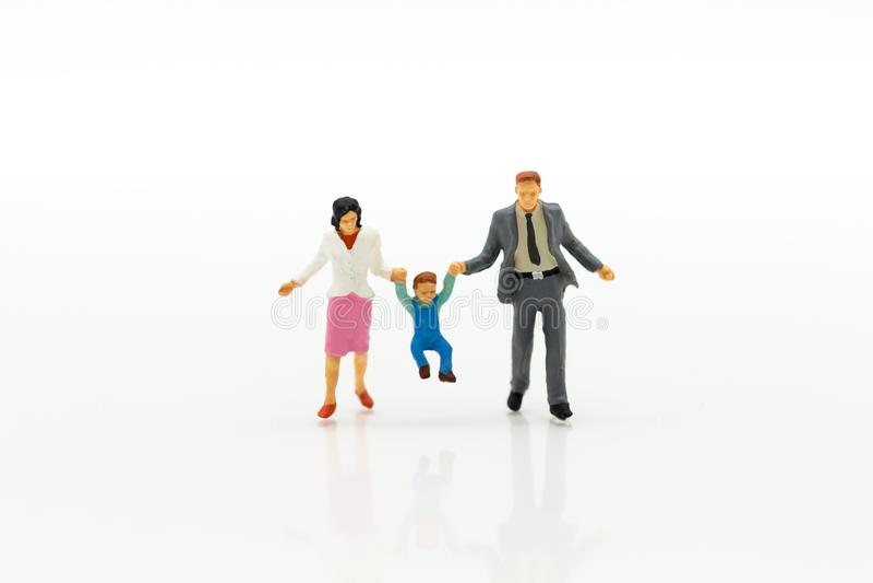 Миниатюрные люди: Диаграмма семьи стоя на белом поле Отображайте польза для планирования выхода на пенсию предпосылки, концепции  стоковые изображения rf
