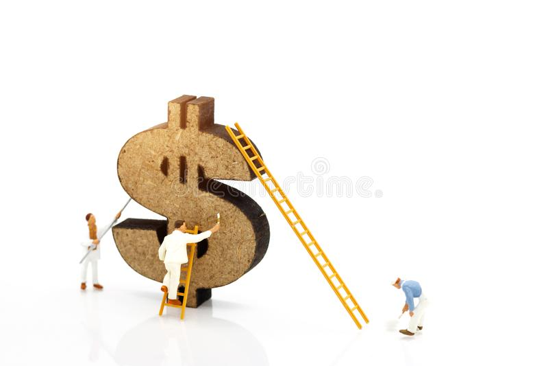 Миниатюрные люди: Знак доллара щетки работников крася Концепция стоковые изображения rf