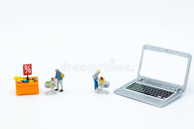 Миниатюрные люди: Покупатели для онлайн и автономных дел Отображайте польза для розничного бизнеса, концепции рыночного местя стоковое изображение
