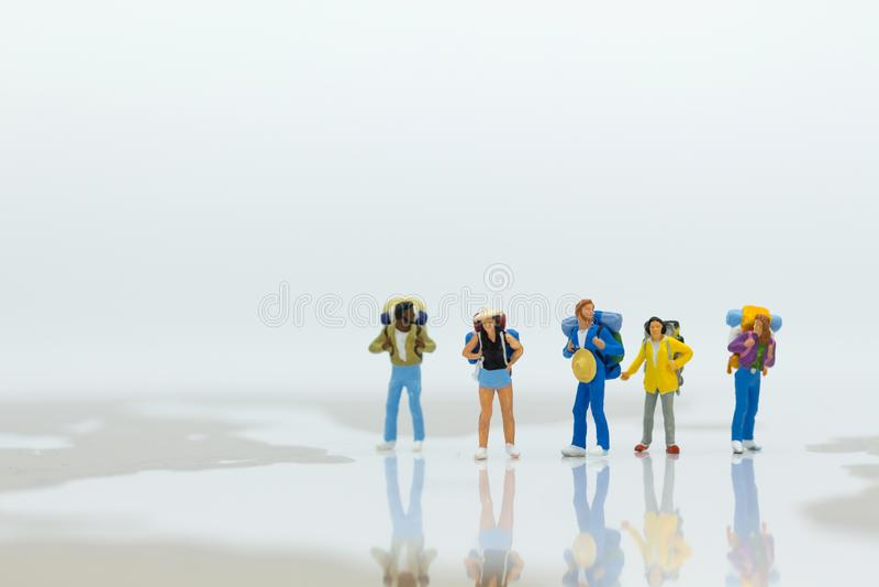 Миниатюрные люди: Путешественники стоя на карте мира Польза изображения для перемещения, концепции дела стоковая фотография rf
