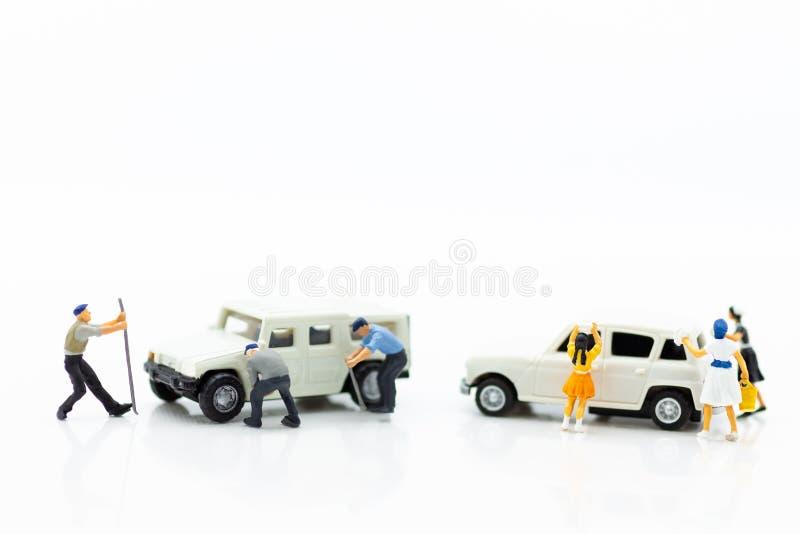 Миниатюрные люди: Ремонт автомобиля и уборки, гаражи, забота автомобиля Концепция обслуживания стопа пользы одного изображения стоковые изображения