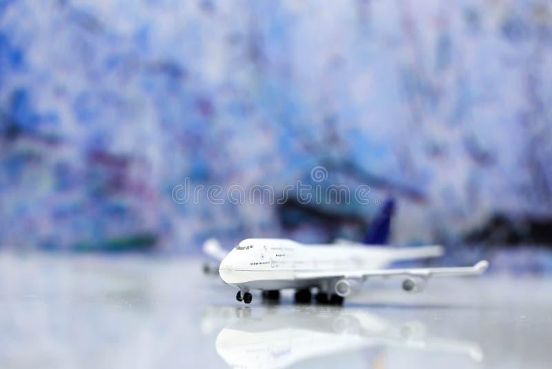 Миниатюрные люди: Рюкзак путешественника с самолетом, worldmap, lugg стоковое изображение