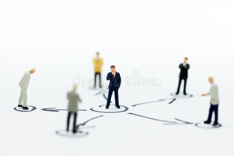 Миниатюрные люди: Стойка бизнесмена в различных положениях Польза изображения для экономического цикла, ответственности стоковые изображения