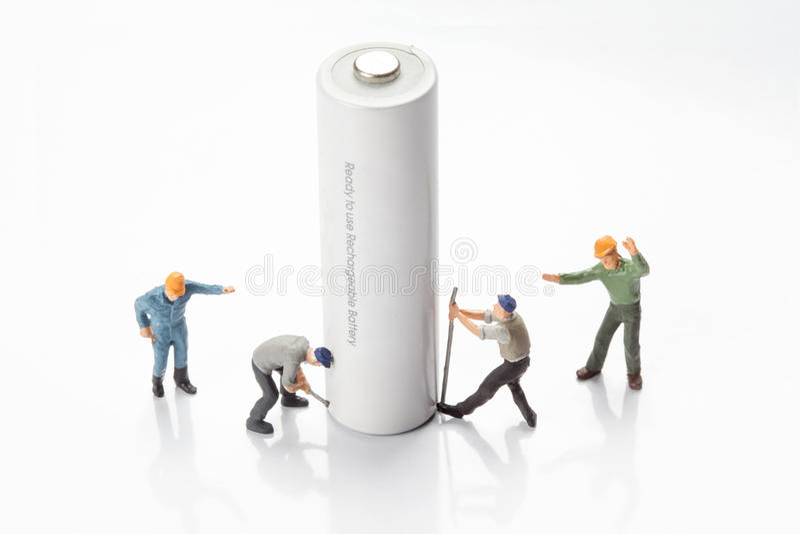 Миниатюрные люди - работники двигая и рециркулируют батареи стоковые фото