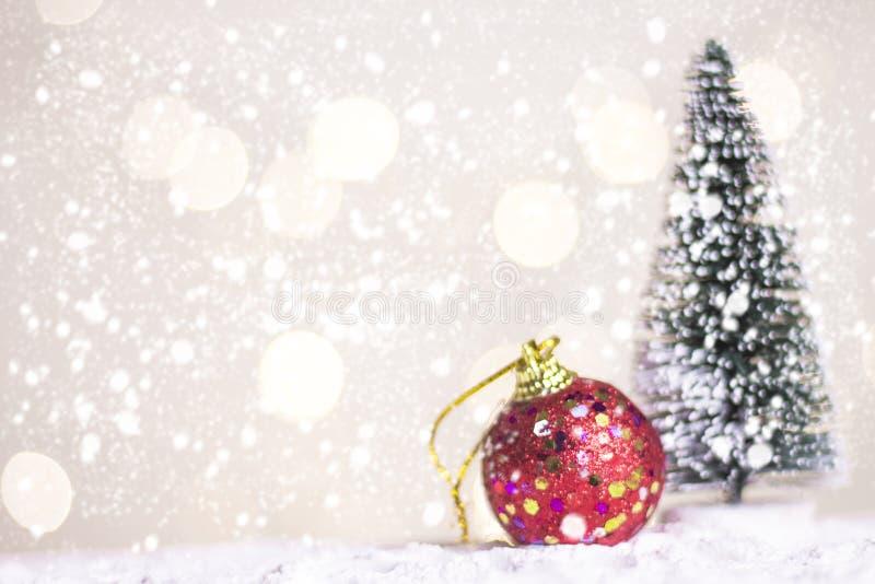 Миниатюрные cros и дерево Санты рождества на снеге над запачканной предпосылкой bokeh, изображением украшения на праздник рождест стоковое изображение