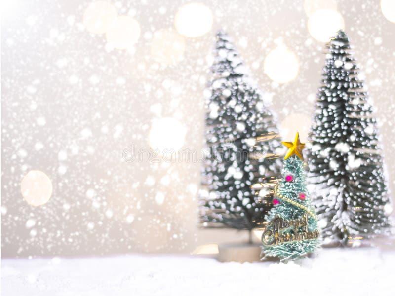 Миниатюрные cros и дерево Санты рождества на снеге над запачканной предпосылкой bokeh, изображением украшения на праздник рождест стоковые фотографии rf