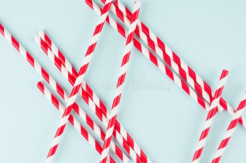 Минималистская предпосылка конспекта современного искусства - красные striped соломы на светлой мягкой мяте красят бумагу стоковое изображение