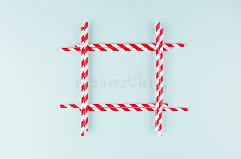 Минималистская предпосылка конспекта современного искусства - красные striped соломы на светлой мягкой мяте красят бумажный как п стоковые фото