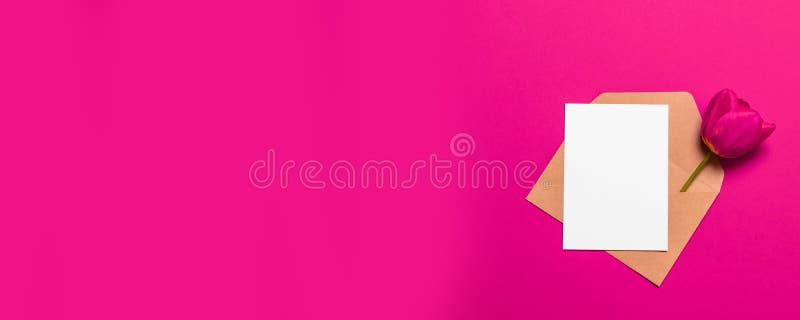 Минималистский модель-макет бумаги карты с красным тюльпаном, конвертом ремесла стоковое изображение rf