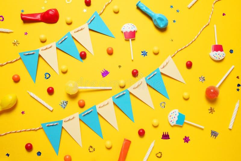 Минимальное оформление с днем рождений для партии Сладкая конфета, воздушные шары, солома стоковые фотографии rf
