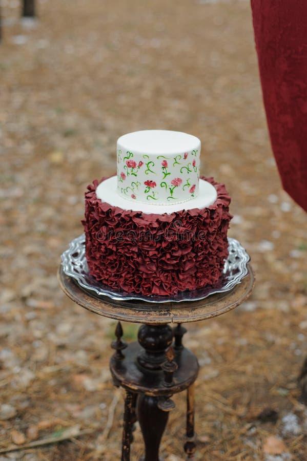 Минимальный свадебный пирог на день свадьбы Свадебный пирог для жениха и невеста на день свадьбы стоковое изображение