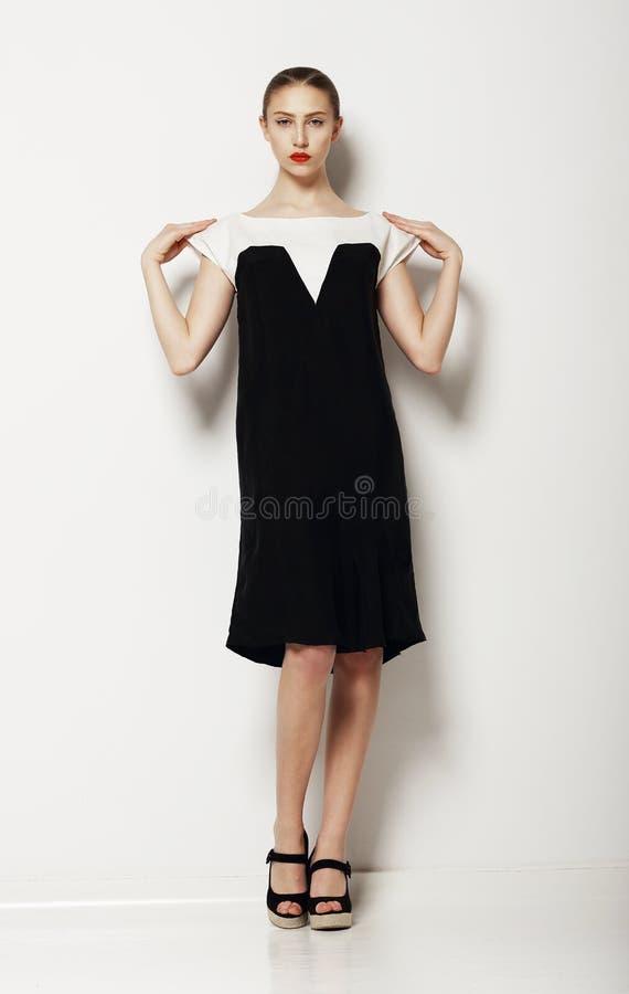 Минимализм. Стильная фотомодель женщины в комфортабельном платье контраста. Комфорт стоковые изображения rf