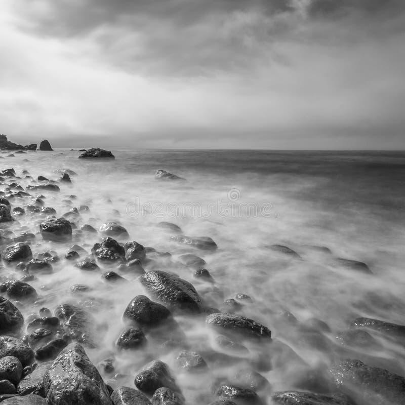 Минималистский seascape. Долгая выдержка моря и утесов стоковое изображение rf