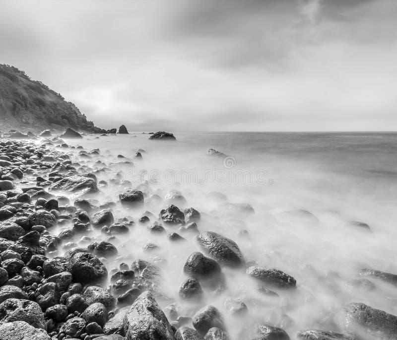 Минималистский Seascape Долгая выдержка моря и утесов стоковые фотографии rf