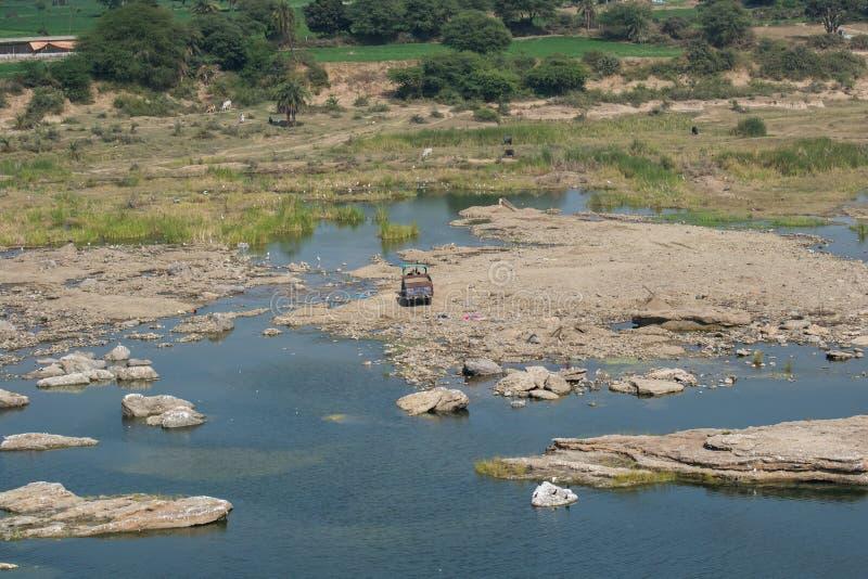 Минирование песка в реке стоковые изображения rf