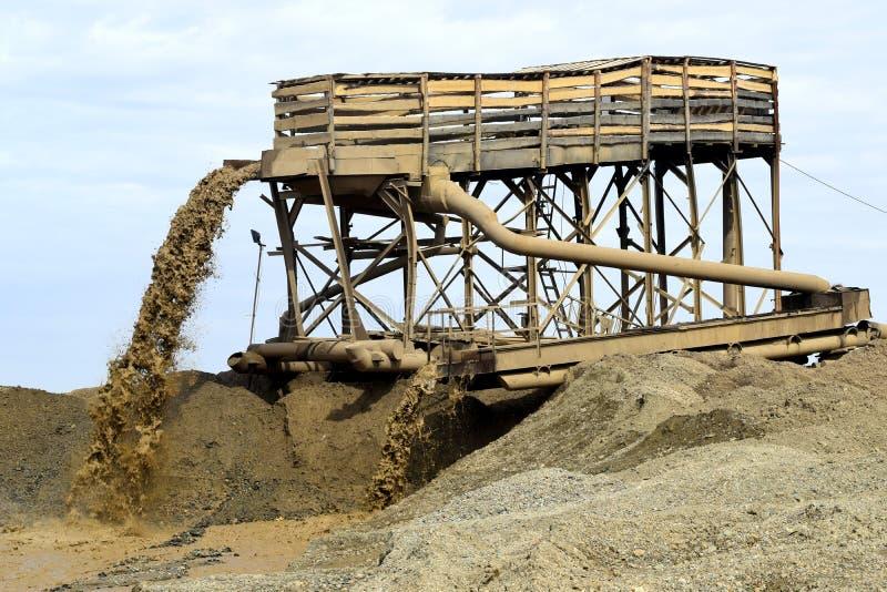 Минирование песка реки стоковая фотография