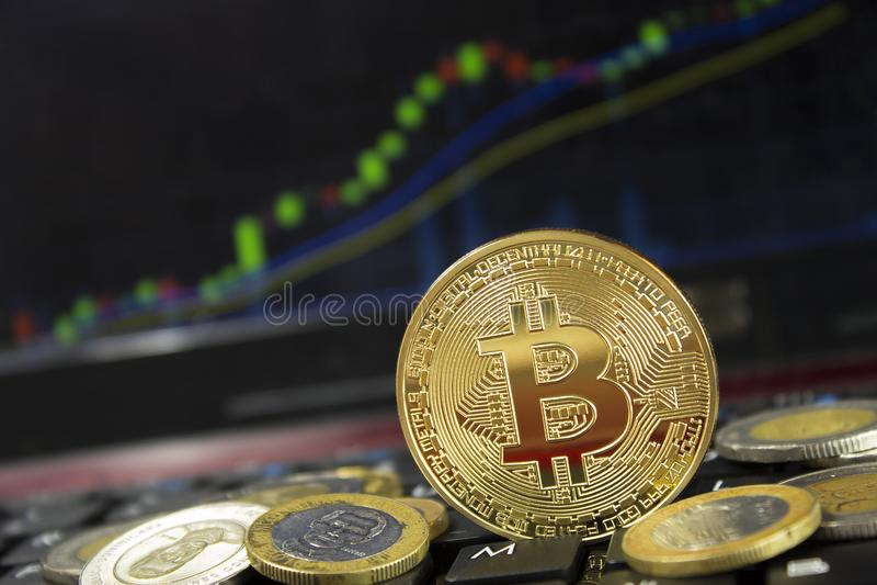 Минирование Bitcoin производя больше доход и повышения цены на клавиатуре компьтер-книжки стоковые фото