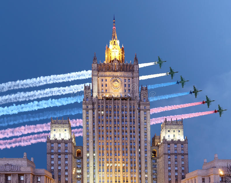 Министерство Иностранных Дел Российской Федерации и русские военные самолеты летают в образование, Москву, Россию стоковые фото