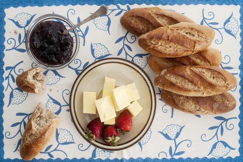 Мини- багет с клубниками и маслом стоковое изображение rf