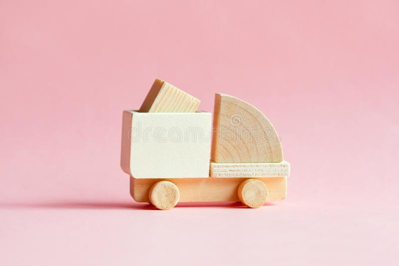 Мини деревянная модель тележки груза с коробкой изолированной на паст стоковое изображение rf