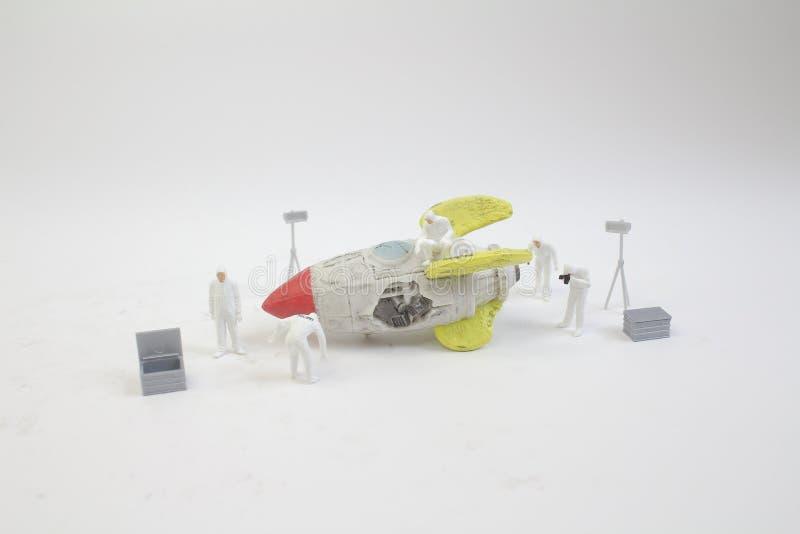 мини диаграмма работа с сломала космический корабль стоковые фото