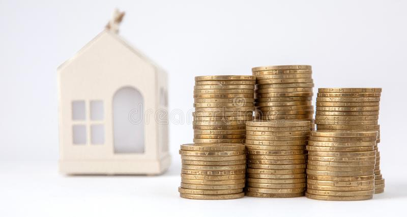 Мини дом на стоге монеток Концепция свойства вклада Снабжение жилищем на кредите стоковые фотографии rf