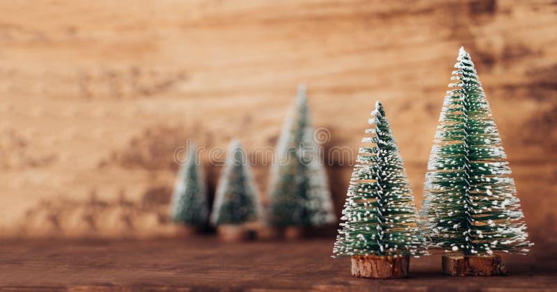 Мини древесина рождественской елки на деревенском деревянном столе и темном коричневом цвете h стоковые изображения