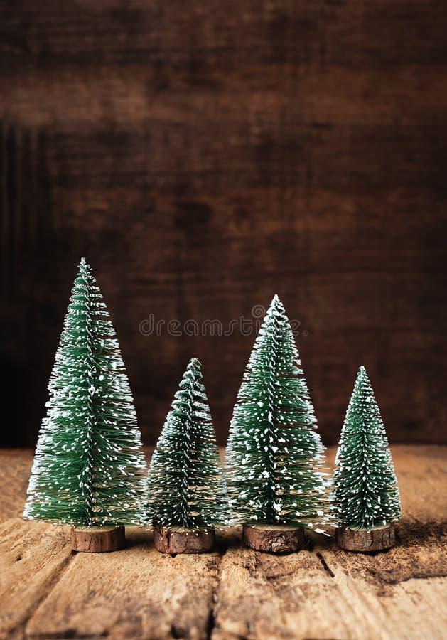 Мини древесина рождественской елки на деревенском деревянном столе и темном коричневом цвете h стоковое изображение rf