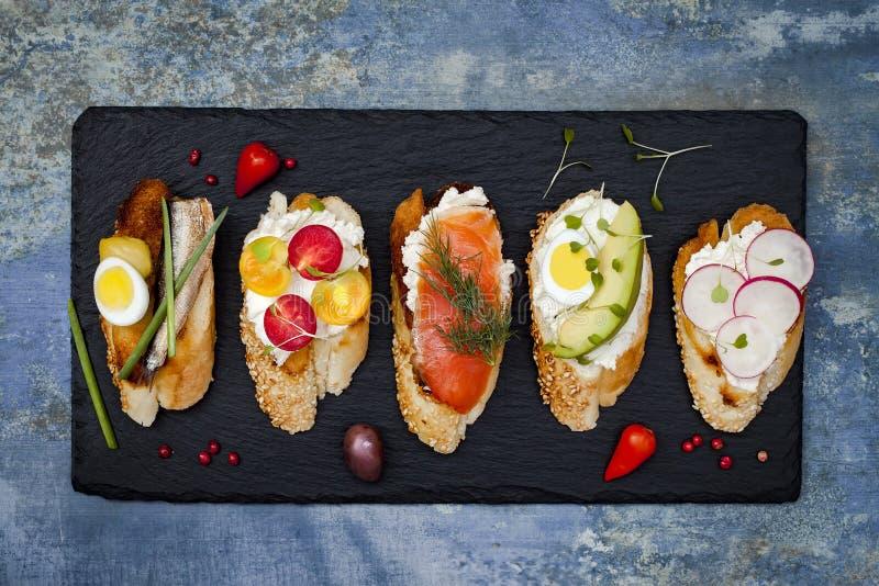 Мини комплект еды сандвичей Brushetta или подлинные традиционные испанские тапы для таблицы обеда Очень вкусная закуска, закуска, стоковое изображение