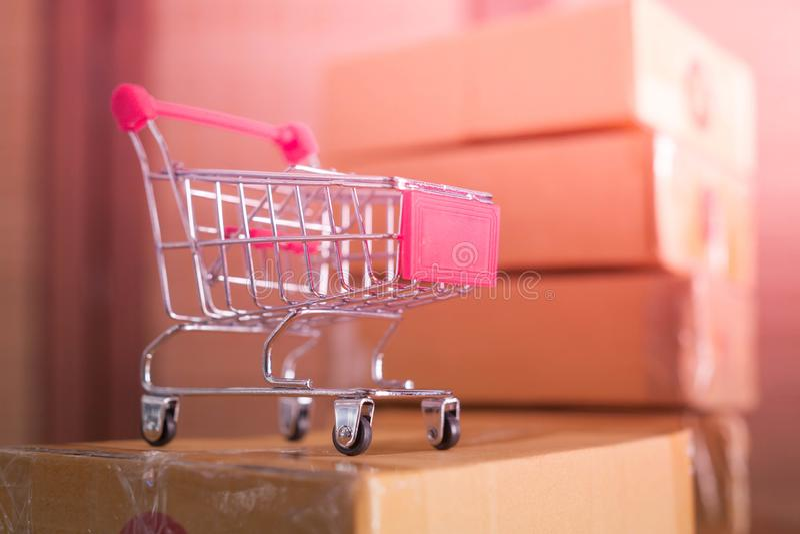Мини красная корзина с картонными коробками в предпосылке стоковое фото rf