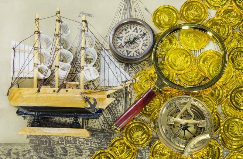 Мини модельный корабль и увеличивает стекло стоковые изображения rf