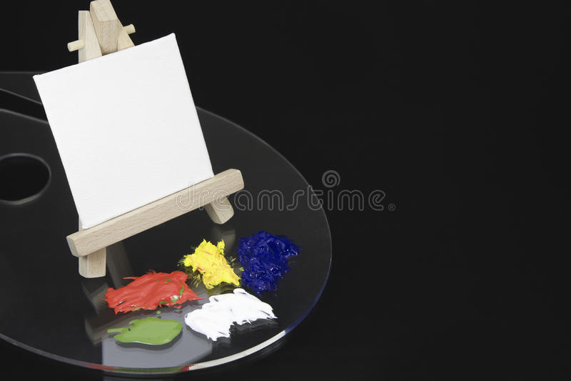 Мини мольберт и пустой белый холст стоковое фото